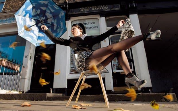 Infiniti Chair Cookie transparent hölzerne Beine