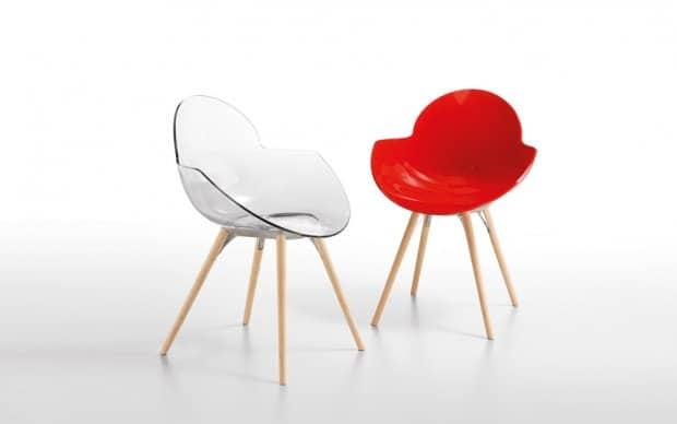 Infiniti Chair Cookie transparent und rot mit hölzernen Beinen
