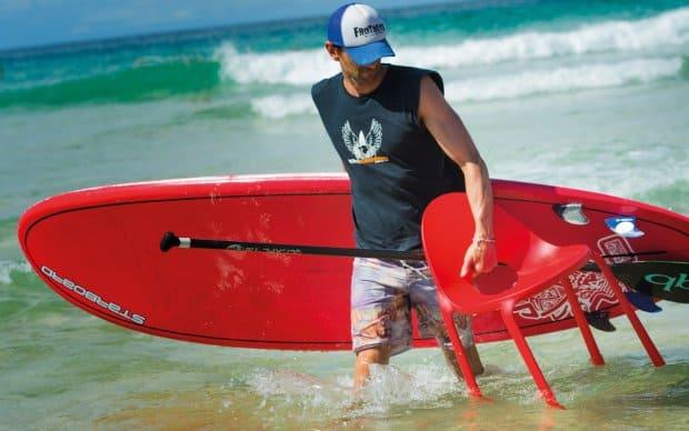 Infiniti Chair Drop mit Surfer