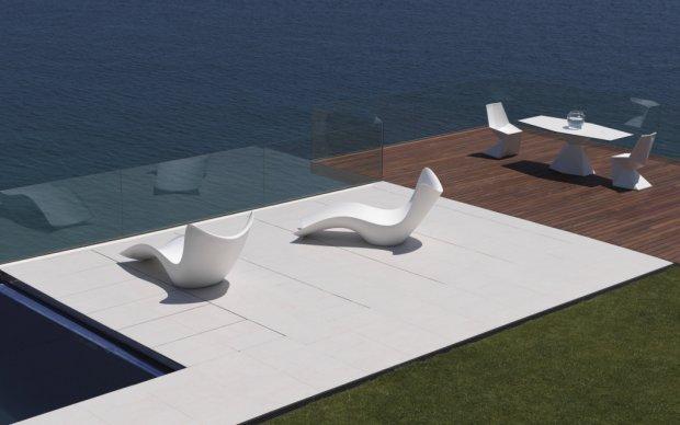 Vondom Surf Tumbona Liege auf der Terrasse