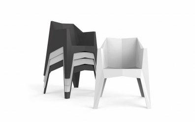 Voxel Stuhl (Vondom) weiß und schwarz, gestapelt