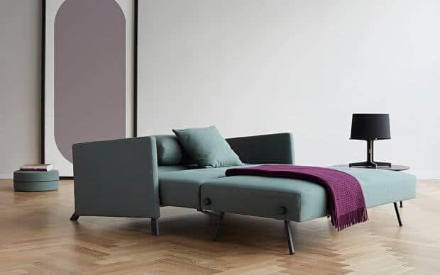 Innovation Schlafsofa Cubed 140 Deluxe mit Armlehnen im Raum ausgeklappt